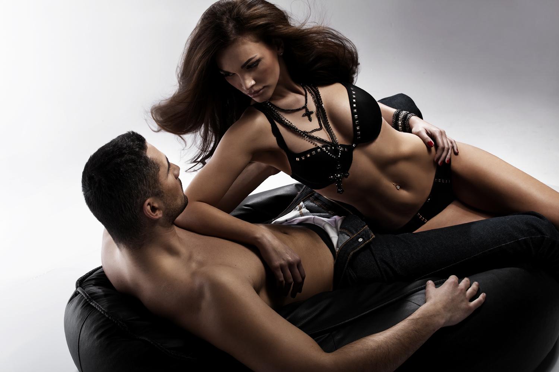 Клевый страстный секс чувака и двух секси-сучек